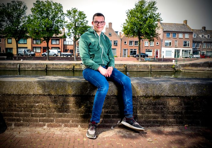 Julien Krijnen (18) uit Hellevoetsluis is eenzaam. Elke poging tot contact met mensen van zijn leeftijd mislukt uiteindelijk. Hij is ten einde raad.