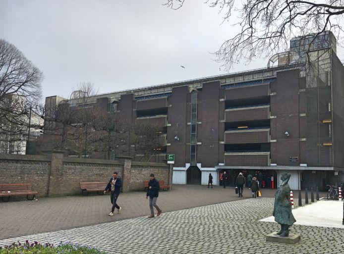 De huidige situatie van de parkeergarage gelegen tussen de Amsterdamse Veerkade en het Rabbijn Maarsenplein in Den Haag