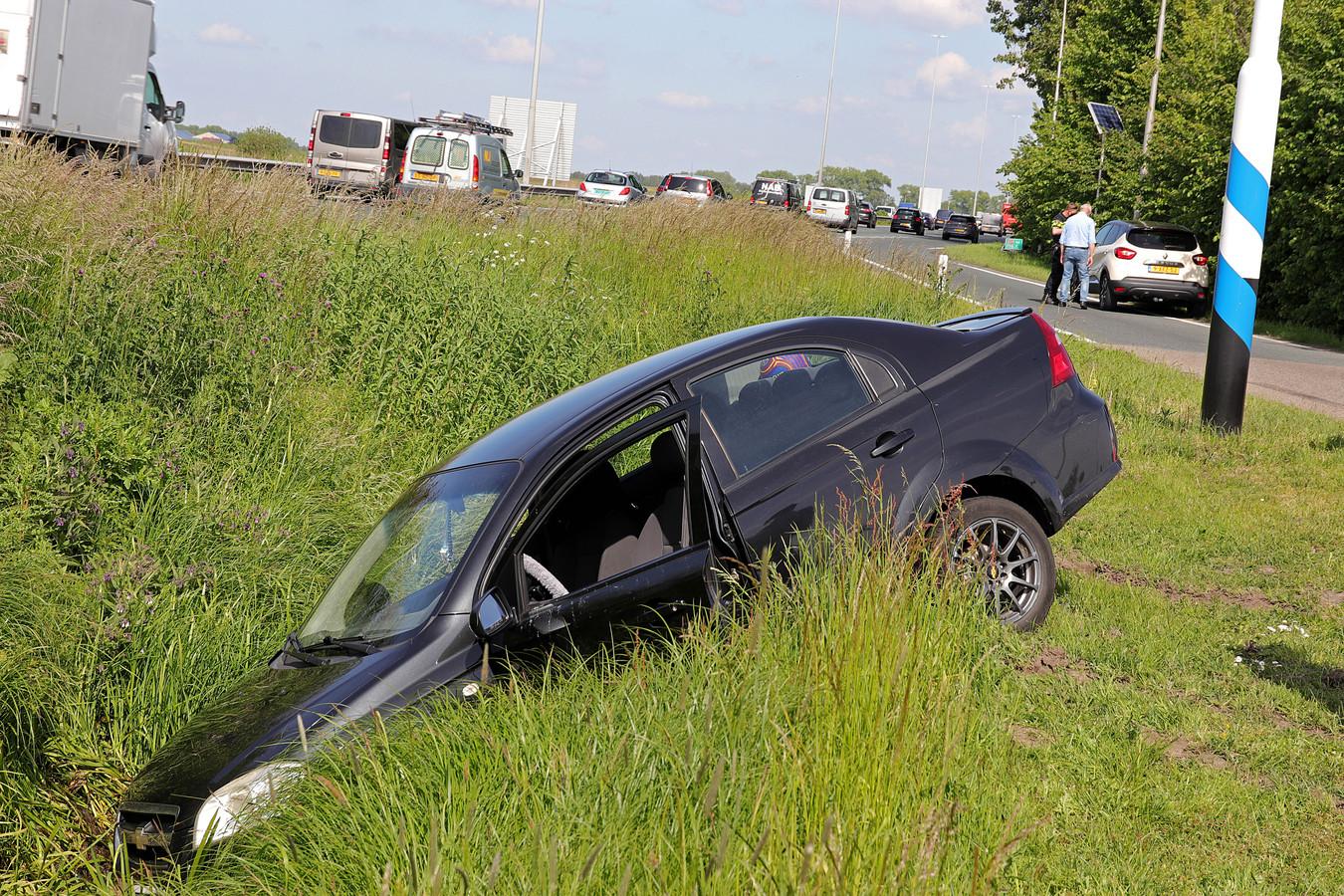 Auto belandt in sloot in Waalwijk door botsing.