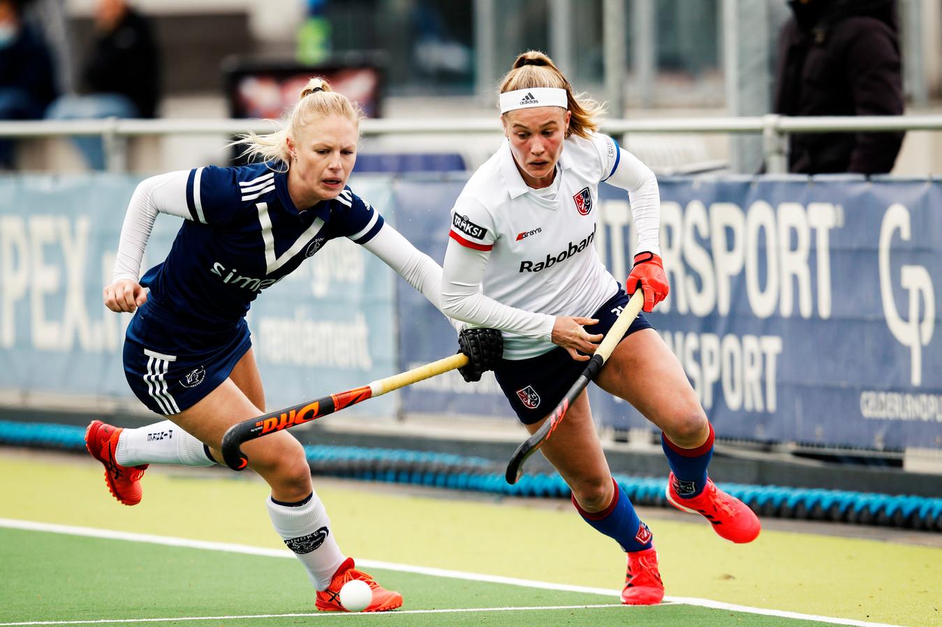 SCHC-aanvalster Pien Dicke (rechts) passeert Pinoké-speelster Daphne van der Vaart.