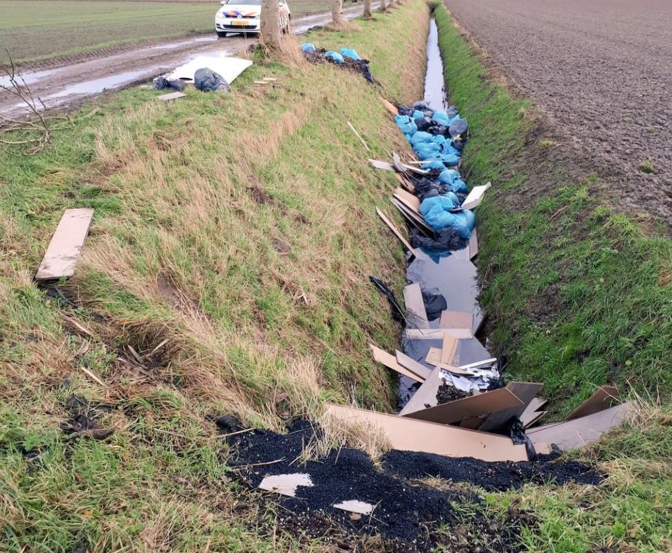 In een polder van de Biesbosch is hennepafval gedumpt.