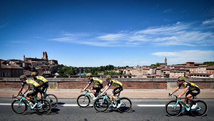 De renners van Jumbo-Visma komen over de brug bij Albi.