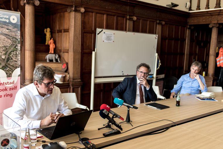 Schepen Koen Kennis (m.) zag zich genoodzaakt tekst en uitleg te geven, samen met Michael Bastiaens (l.), directeur Beheer en Operaties van de stad Antwerpen. Beeld Tine Schoemaker