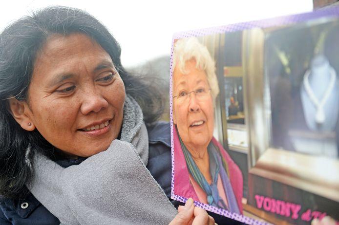 Chrispina Altman met een dierbare foto van haar overleden schoonzus Vonny.