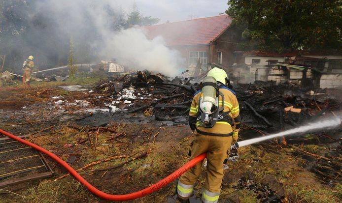 Felle brand achter woning in Geffen.