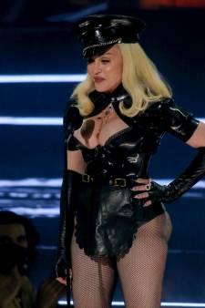 Madonna montre ses fesses et secoue la toile