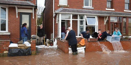 Engelsen zien straten weer blank staan na storm Dennis en kijken jaloers naar Nederland