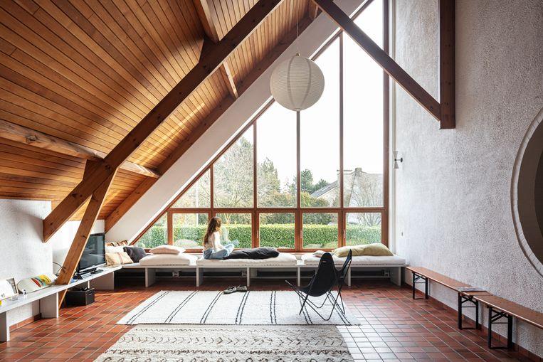 De lage banken tegen het raam zijn op maat gemaakt door Pierric De Coster van designstudio Dialect uit  Deurne. Beeld Tim Van de Velde
