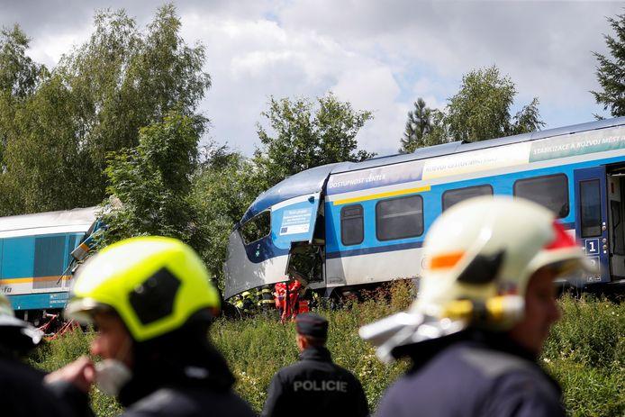 Bij een botsing tussen twee treinen zijn woensdag in Tsjechië drie mensen om het leven gekomen. Er raakten ook tientallen mensen gewond.