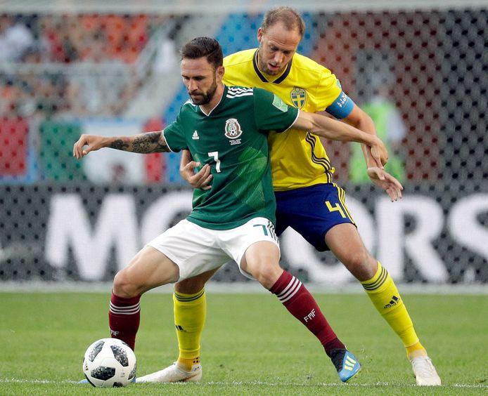 Layún (l) met een Zweedse tegenstander.