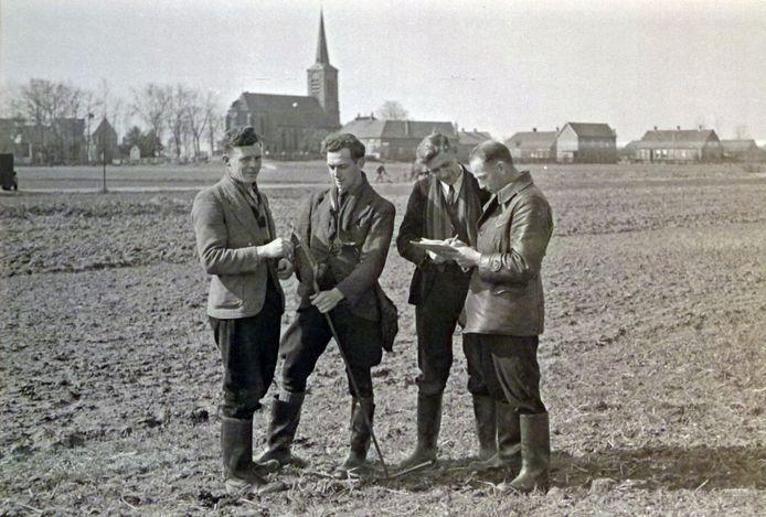 Landmeters en bodemkundigen bereiden de ruilverkaveling voor rond Haren (1950), de eerste grote ruilverkaveling die de Maaskant voorgoed veranderde. Foto Daan Scholte / Stadsarchief Oss