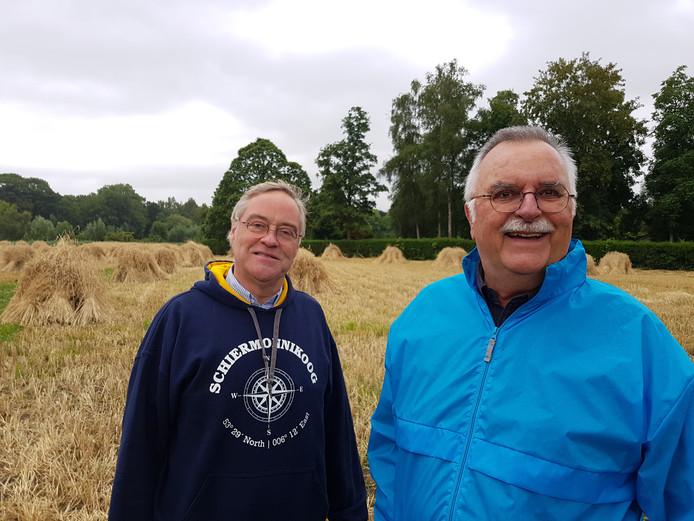 Remmet van Luttervelt (links) en Jacques Braakenburg op het korenschovenveld naast molen de Roosdonck.
