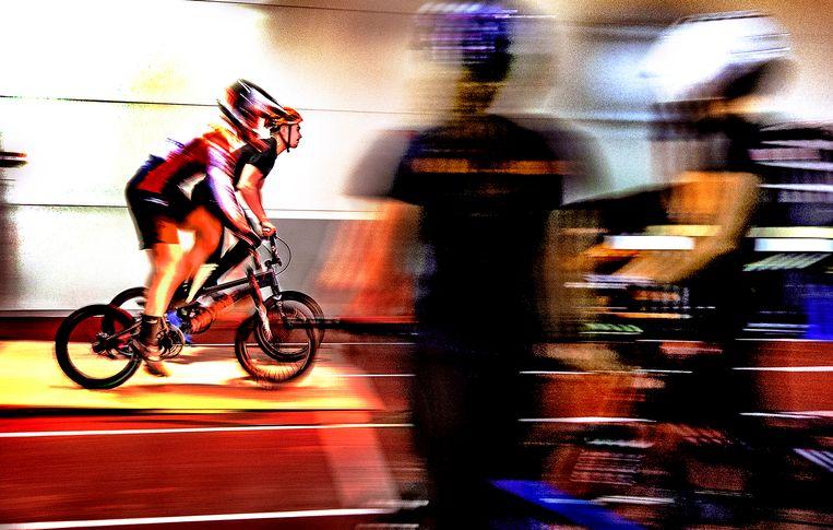 De Nederlandse BMX-selectie traint op de start. Vanwege de slechte weersomstandigheden gebeurt dat binnen op een atletiekbaan van papendal. Buiten is de olympische baan van Tokio in grote lijnen nagebouwd, inclusief de belangrijkste startheuvel. Nog 165 dagen tot Tokio. Beeld Klaas Jan van der Weij