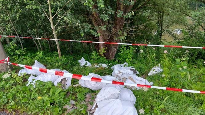 Kilo's asbest gedumpt in berm: Politie start onderzoek