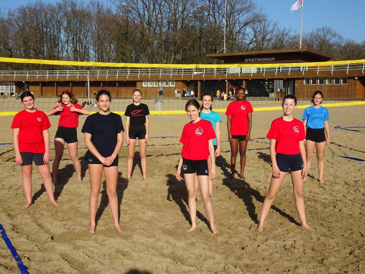 Enkele leden van de pas opgerichte beachvolleybalclub MeZHo in het domein Sport Vlaanderen in Hofstade.