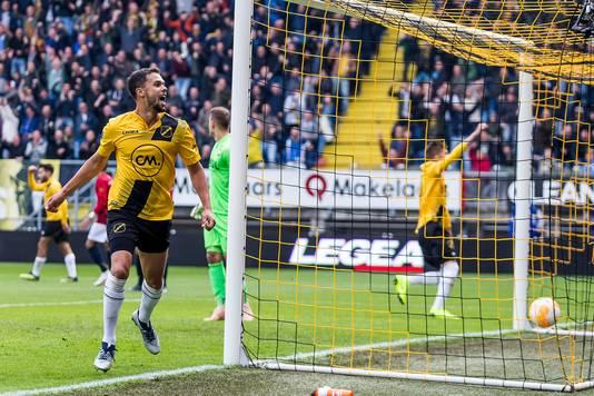 Mitchell te Vrede juicht na zijn goal namens NAC tegen Willem II op 21 oktober.