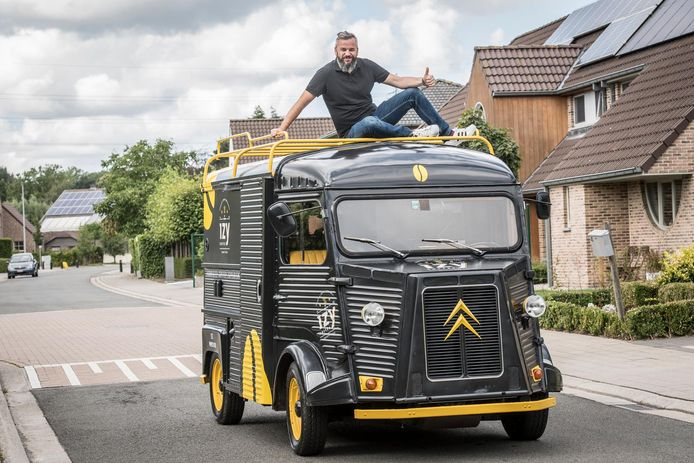 Koffieliefhebber Bart Buyse op zijn IzyCoffee-truck, een gerestaureerde Citroën-oldtimer.