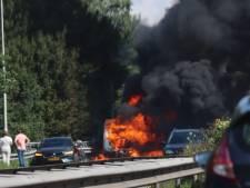Caravan in brand op A27, weg deels afgesloten voor bluswerkzaamheden