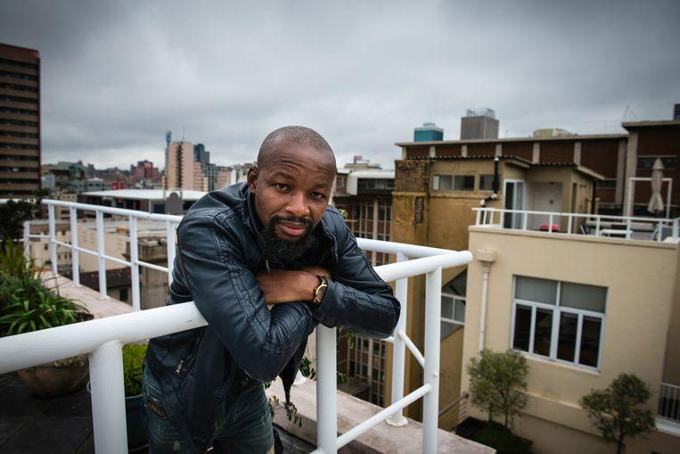 Stadsgids in Johannesburg Charlie Moyo op het dakterras van zijn penthouse in het voormalig Barclays-kantoor in het Central Business District (CBD). Het kantoor is een paar jaar geleden opgeknapt en omgebouwd tot appartementencomplex. Beeld Bram Lammers