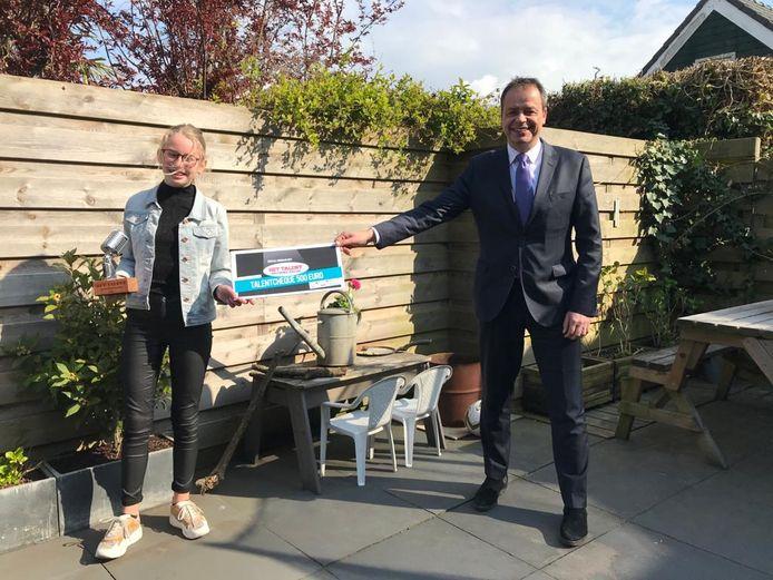 Julia kreeg de prijs van 500 euro overhandigd door burgemeester Jack van der Hoek.