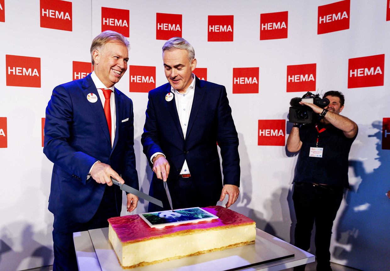 Ondernemer Marcel Boekhoorn en Tjeerd Jegen (CEO van Hema) tijdens de persconferentie over de overname van HEMA.