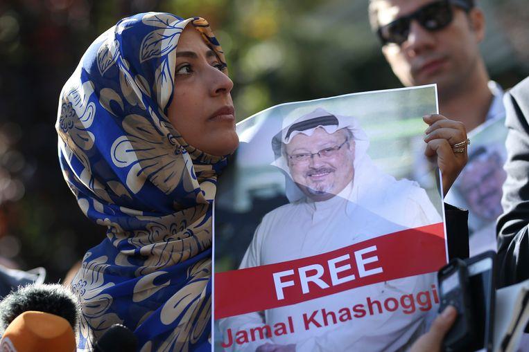 Vrijdag verscheen de Jemenitische Nobelprijswinnares Tawakkol Karman ten tonele, met de poster 'Free Jamal Khashoggi'. Beeld AP