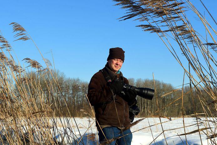"""Natuurfotograaf Egon Zitter bij Molenbeek op zoek naar die ene ijsvogel. ,,Je moet ook geluk hebben."""""""