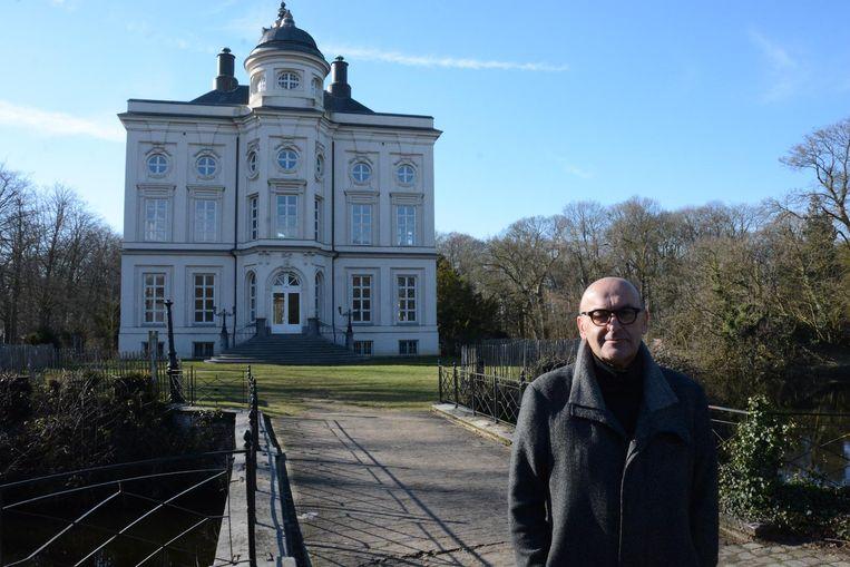 Schepen Boudewijn Vlegels bij het gerestaureerde kasteel Hof ter Saksen.