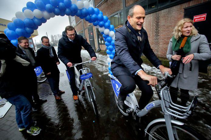 Wethouder Rik van der Linden maakt een eerste ritje op de een Arriva-fiets.