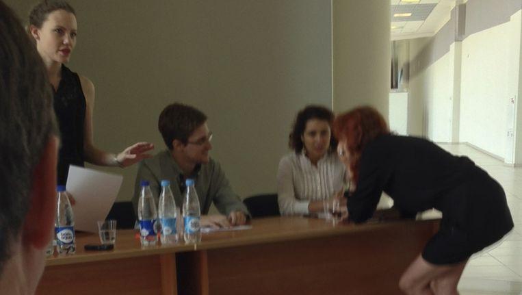 Snowden tijdens de bijeenkomst op het vliegveld in Moskou. Beeld reuters