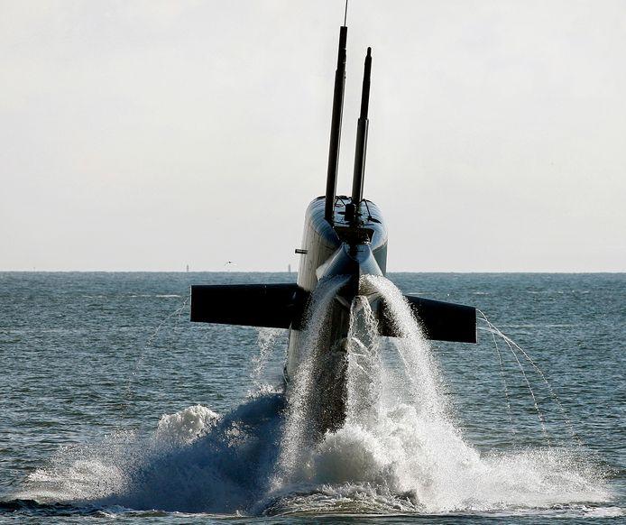 De Hr.Ms. Bruinvis komt na een duik weer boven. Het is met haar 25 jaar de nieuwste onderzeeboot van de Nederlandse marine. Er komen nieuwe. Werven strijden om de bouw ervan.