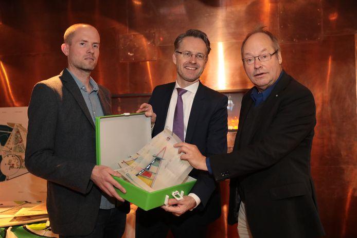 Stadsarchivaris Leonard Korevaar (l) en wethouder Paalvast nemen het persoonlijk archief van Michiel den Ruijter (r) in ontvangst.