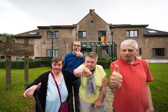 Marleen (zwarte trui), René (rood), Wiske (geel) en Francis (blauw) voor de gebouwen van 't Onzent.