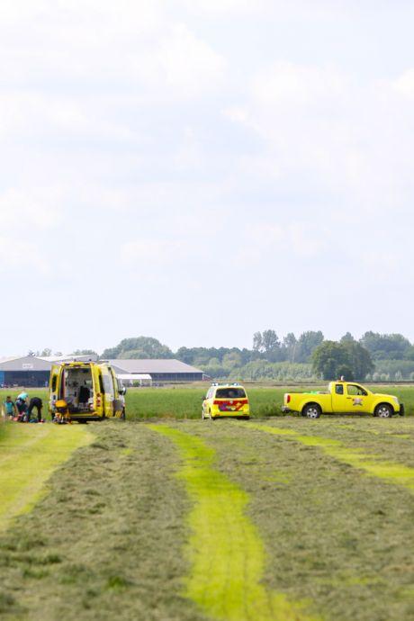 Parachutist raakt ernstig gewond nadat hij tegen hek knalt in weiland bij vliegveld Teuge