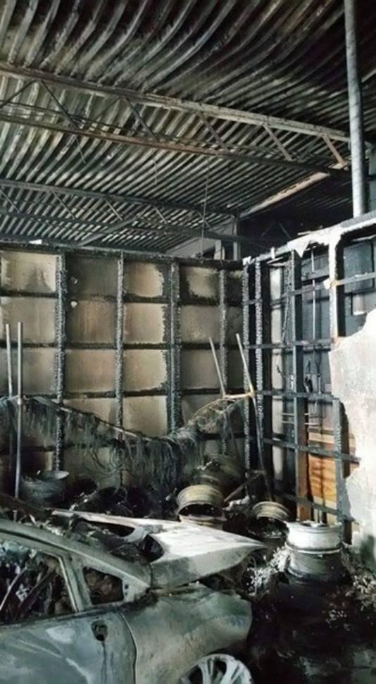 De volledig uitgebrande Ford-garage.