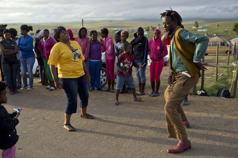 Mensen dansen voor de familiewoning van de Mandela's. Beeld afp