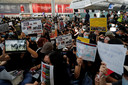 Actievoerders op de luchthaven van Hongkong.