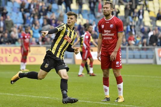 Mason Mount scorend tegen FC Utrecht. Sander van de Streek baalt