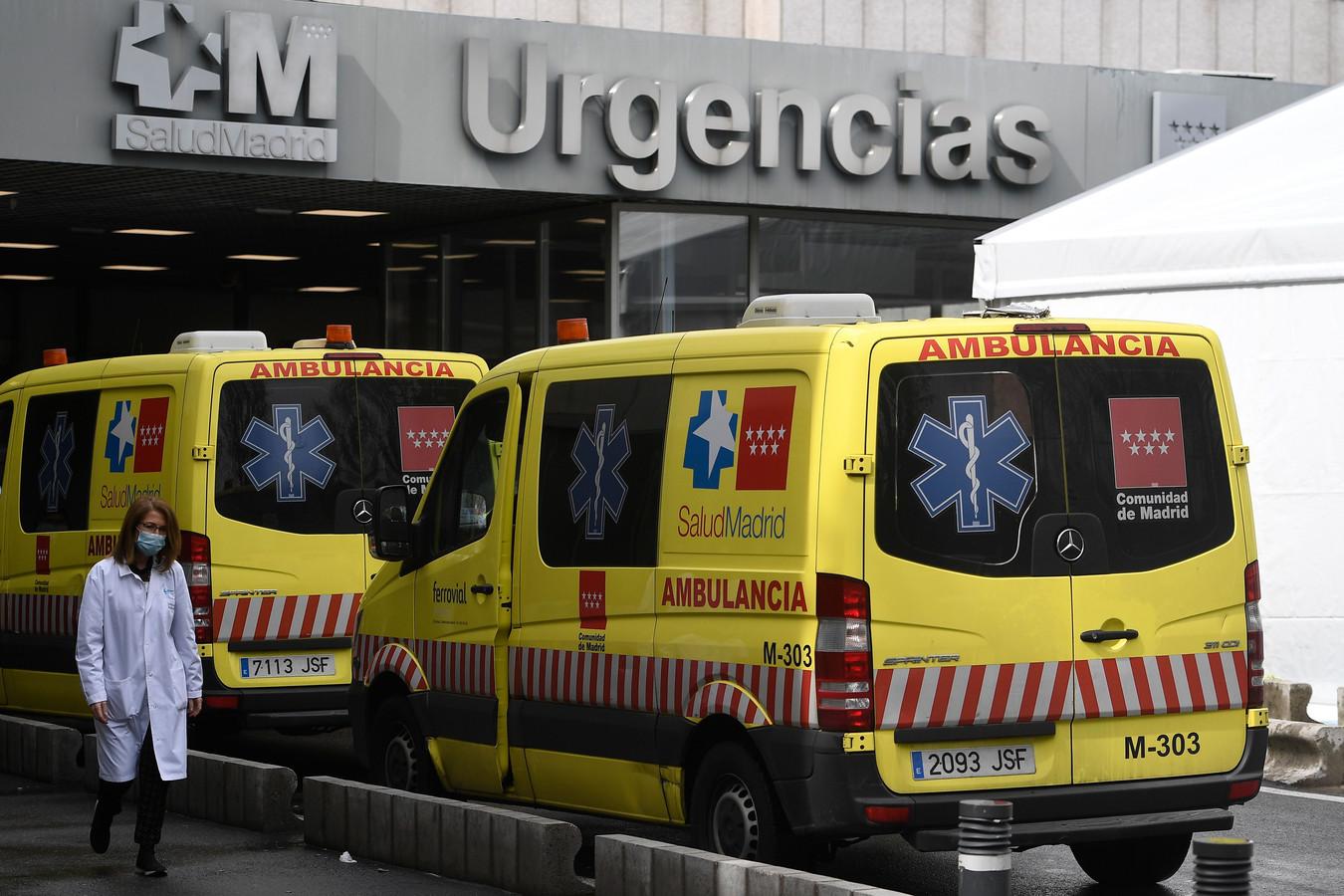 Een gezondheidsmedewerker aan een ziekenhuis in Madrid, ter illustratie.