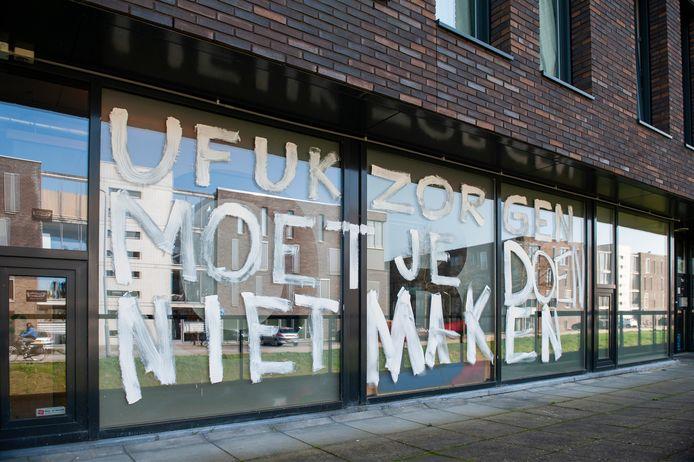 Protestteksten op de muren van jongerencentrum De Poort.