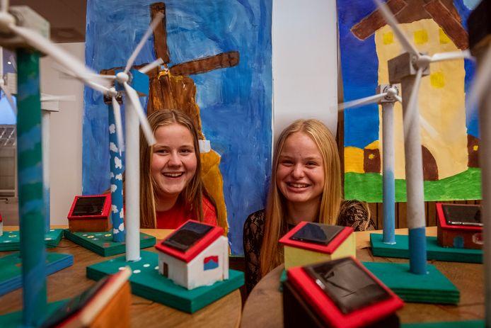 Leerlingen uit de tweede klas van het Agnieten College hebben zelf windmolens gebouwd. ,,We vonden het leuk dat het echt bleek te werken.''
