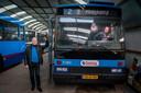 Voorzitter Herman Wilmer van de Stichting Trolleymaterieel Arnhem naast de '5180', een jongeling van bouwjaar 1990 uit de collectie. Achter het stuur zit vrijwilliger Querien van der Linde, die geregeld met de 'Broodbus' op de weg zit.