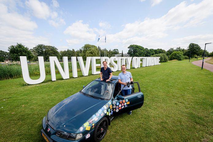 UT-studenten Hidde Zijlstra (donkerblauw) en Dennis Peeters trekken deze zomer 3 weken lang met een goedkope tweedehands bolide door Europa. Tijdens hun reis gaan ze op bezoek bij zoveel mogelijk UT-alumni.