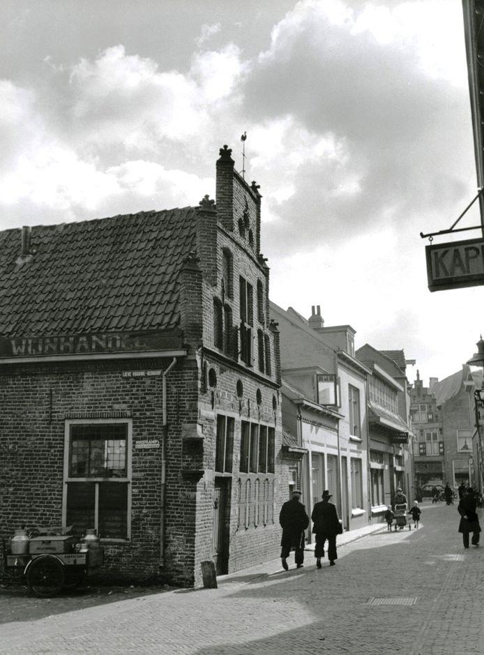 Een blik in de richting van de Langestraat, met links het Kapelhuis. Toen deze foto in 1938 werd gemaakt, was in het karakteristieke pand een wijnhandel gevestigd. Op de hoek is een nis waarin ooit een Mariabeeldje stond.