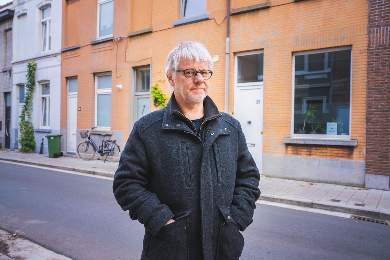 Mede-initiatiefnemer Didier Wijnants (58) voor het huis in de Wittemolenstraat in Sint-Amandsberg.