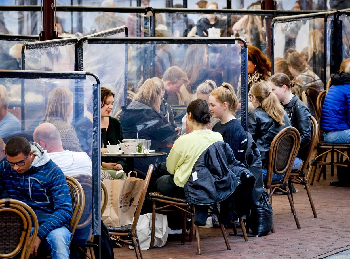 Terrassen met spatschermen in de stad Groningen.