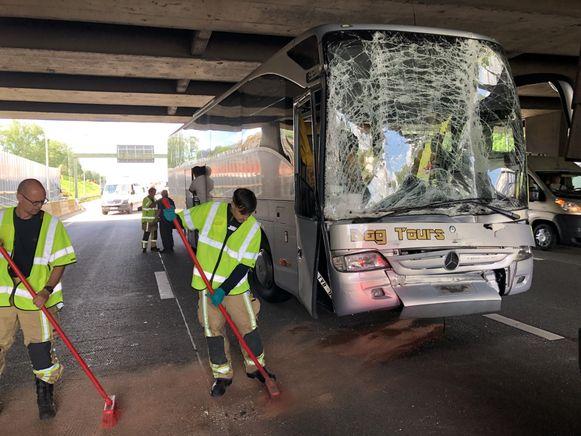 De schoolbus met kinderen uit Schaarbeek liep zware schade op.