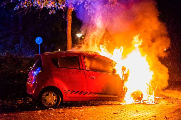 De autobrand woedde dinsdagnacht in de Ruloffsweg in Eindhoven.