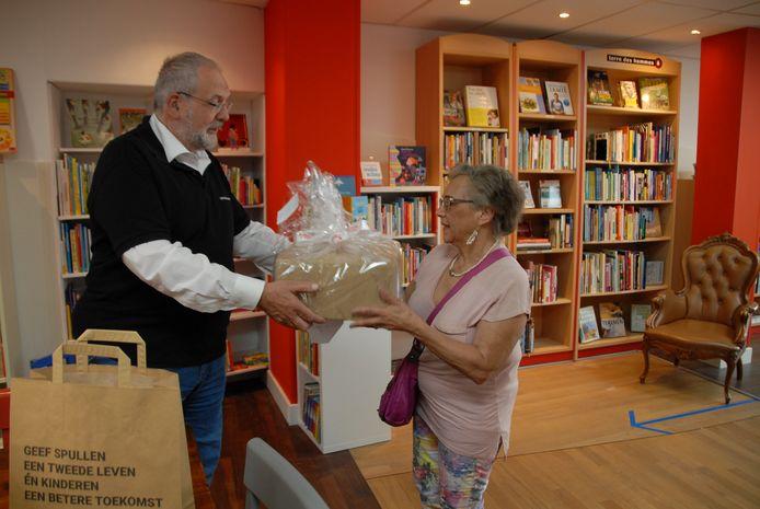 Vaste klant Helen Wiltschut neemt haar prijs in ontvangst uit handen van bestuurslid Joop van Dijk.