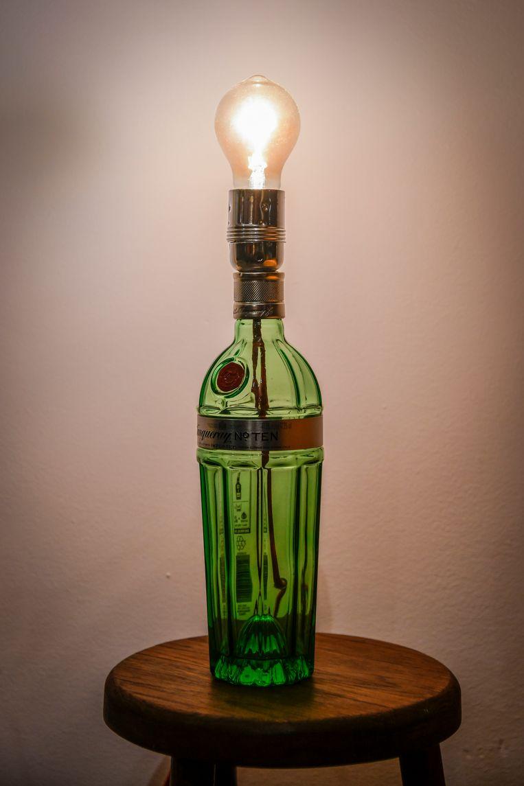 Met de lamp van een lege fles Tanqueray gin is het allemaal begonnen.